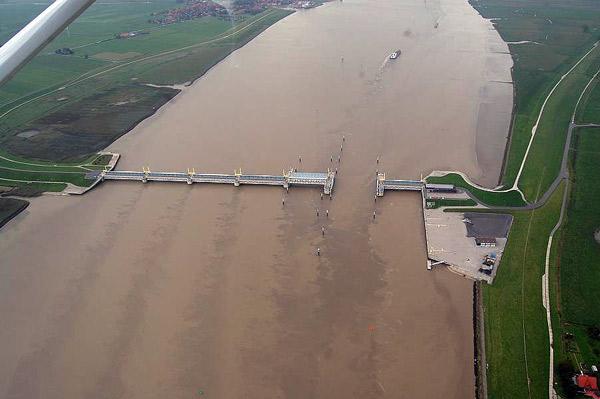 """Der """"Gelbe Fluss"""": Die Ems bei Gandersum mit Ems-Stauwerk. Der starke Schlickeintrag ist die Ursache der Trübung"""