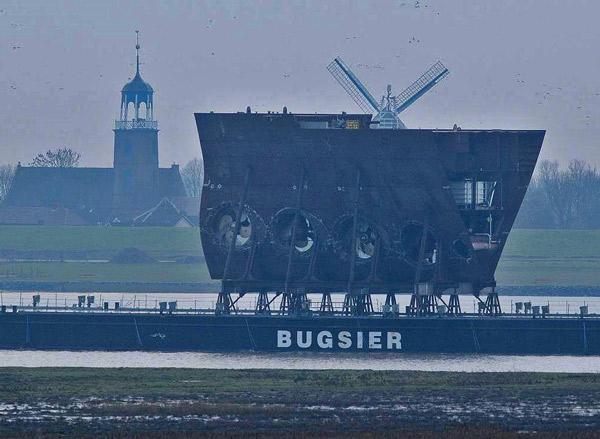 Schiffsektion für ein Kreuzfahrtschiff auf der Ems, Höhe Ditzum, Jan. 2014, Foto (C): Eilert Voß