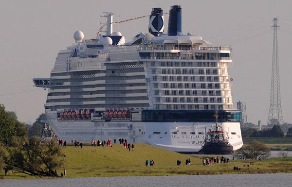 """Passt, gerade. Überführung des Kreuzfahrtschiffes """"Celebrity Silhouette"""", 2012, Foto (C): Eilert Voß"""