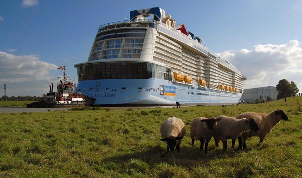"""Die """"Quantum of the Seas"""" wird durch die Ems an die Küste gequetscht, Foto (C): Eilert Voß"""