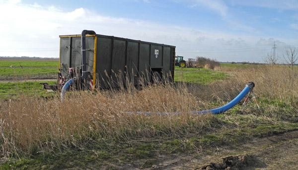 Feldrandcontainter (FRC) als Zwischenlager für Gülle, Bensersiel/Ostfriesland, im EU-Vogelschutzgebiet, Foto (C): Manfred Knake