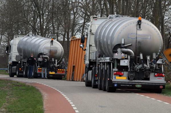 Gewaltige Güllemengen werden an die Feldrandcontainer verteilt, Foto (C): Eilert Voß