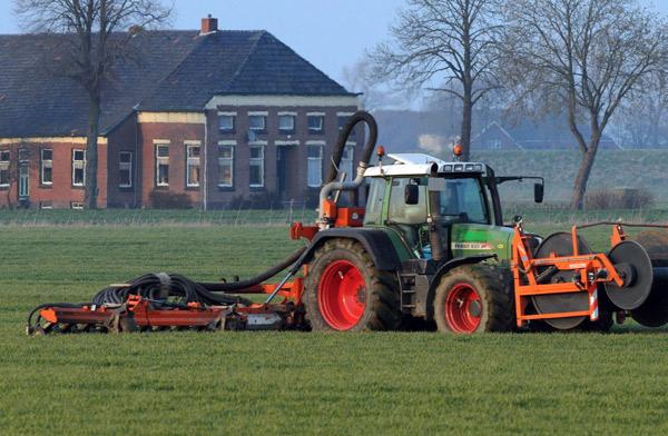 Traktoren an Schlauchleitungen bringen die Gülle mit Injektoren in den Boden ein, Foto (C): Eilert Voß