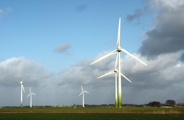 Windpark Utgast, Ausschnitt: links die alten, abgängigen Tacke TW600, rechts die repowerten Enercon-70, Foto 8C): Manfred Knake