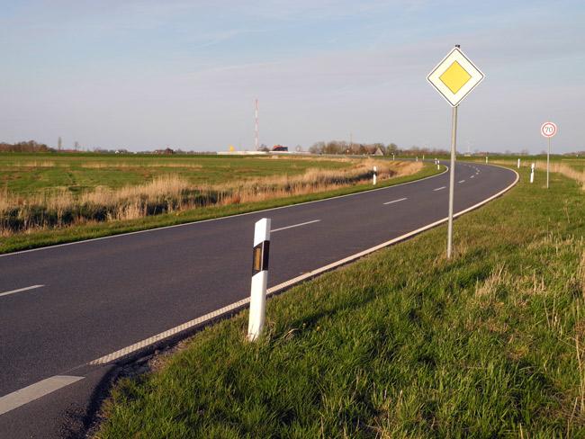 """Kaum Verkehr: Umgehungsstraße Bensersiel im """"faktischen Vogelschutzgebiet"""", Foto: Manfred Knake"""