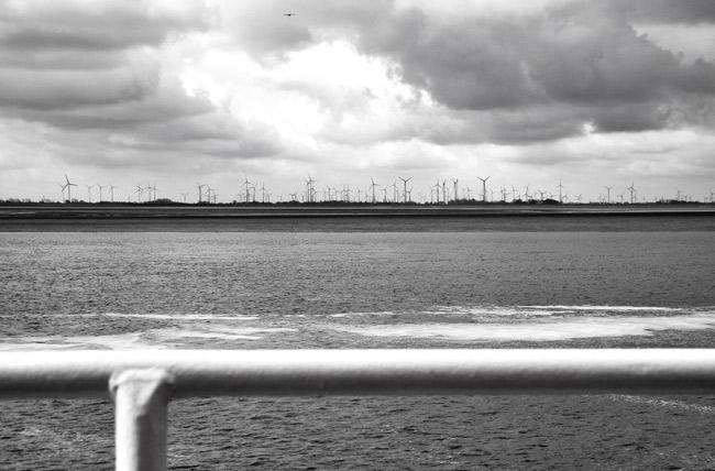 Mit Winkraftwerken gegen den Klimawandel und die Höhe des Meeresspiegels? Blick vom Langeoog-Fahrwasser auf die ostfriesische Küste, April 2015, Foto (C) Manfred Knake