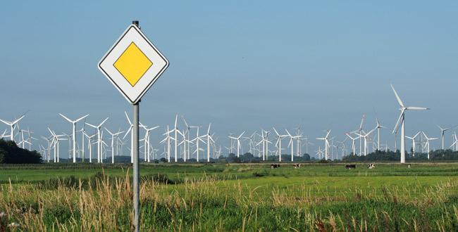 Vorfahrt für Winenergie in Urlaubsregionen? Blick vom Küstenbadeort Bensersiel/LK Wittmund/NDS auf den Windpark Utgast, Foto (C): Manfred Knake