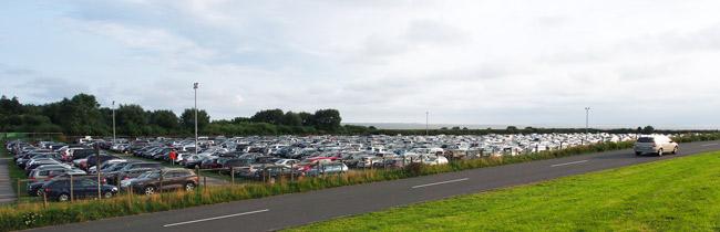 Bensersiel: Parkplatz für die Besucher der Insel Langeoog, einer von vier Parkplätzen, August 2015
