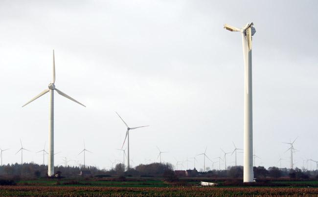 Windpark Utgast/Gemiende Holtgast: Die havarierte Anlage im Windpark, der derzeit mit wesentlich leistungsstärkeren Enercon-70-Anlagen repowert wird, direkt an einem EU-Vogelschutzgebiet, Foto (C): Manfred Knake