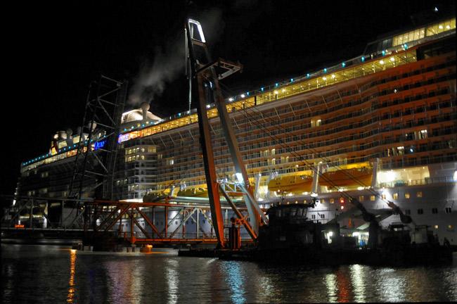 """Millimeterarbeit: Überführung von Papenburg an die Nordsee: Die """"Quantum of the Seas"""" quetscht sich durch die ausgehängte Friesenbrücke, 22. Sept. 2014, Foto (C): Eilert Voss"""
