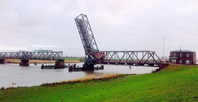 Noch intakte und für eine Durchfahrt geöffnete Friesensbrücke, Foto: Dickelbert, Wikipedia