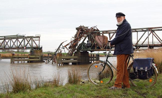 Wattenrat-Mitarbeiter Walter Bünker an der zerstörten Friesenbrücke, Foto (C): Eilert Voss