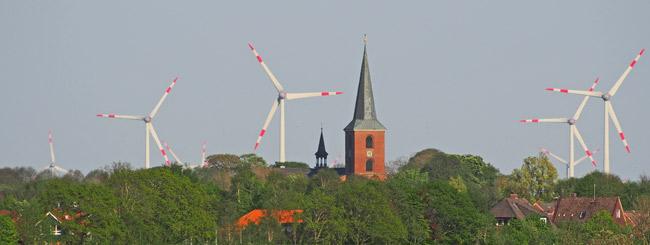 Esens, von Westen aus gesehen, im Hintergrund der Windpark Stedesdorf
