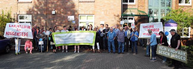 Ca. 50 Teilnehmer aus den umliegenden gemeinden protestierten gegen die Windkraftpolitik in der Samtgemeinde Holtriem/Westerholt im Landkreis Wittmund/NDS, Foto (C): Manfred Knake