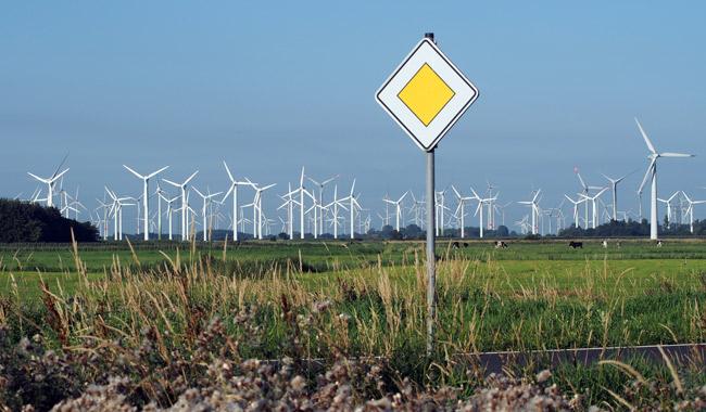 """In Sichtweite des """"Wattenhuuses"""" Bensersiel: Der Windpark Utgast, von der illgegal gebauten Umgehungsstraße in Bensersiel/LK Wittmund fotografiert, Foto (C): Manfred Knake"""