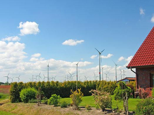 Schlaflos in Roggenstede/LK Aurich, Der Ort ist von Windkraftanlagen umstellt. Foto (C): Manfred Knake