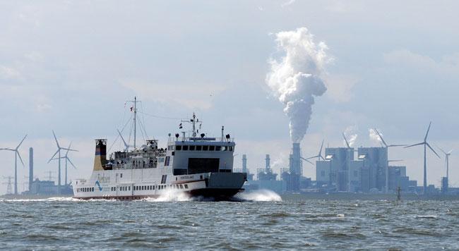 """Urlaubsfahrt ins """"Weltnaturerbe"""" nach Borkum, im Hintergrund Eemshaven/NL, Foto (C): Eilert Voß"""