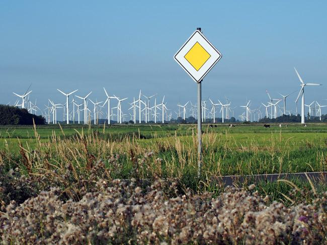 """Vorfahrt für die Windenergie? Blick aus dem Vogelschutzgebiet V3 """"Ostfriesische Seemarschen Norden bis Esens"""" auf den Windpark Utgast/LK Wittmund/NDS, Foto (C): Manfred Knake"""