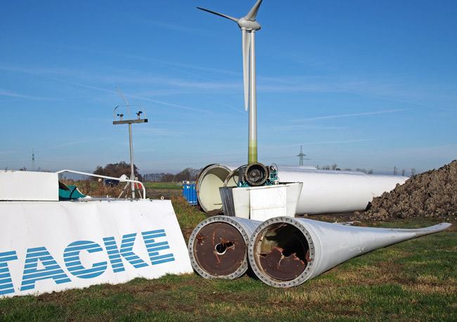 Abgängige Tacke-TW 600, im Hintergrund eine repowerte Enercon 70, Foto (C): Manfred Knake