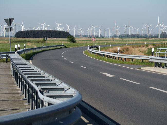 Blick in das Vogelschutzgebiet V63 bei Bensersiel: illegal gebaute Umgehungsstraße, fragwürde Genehmigungspraxis des Windparks Utgast/Gemeinde Holtgast, Foto (C): Manfred Knake